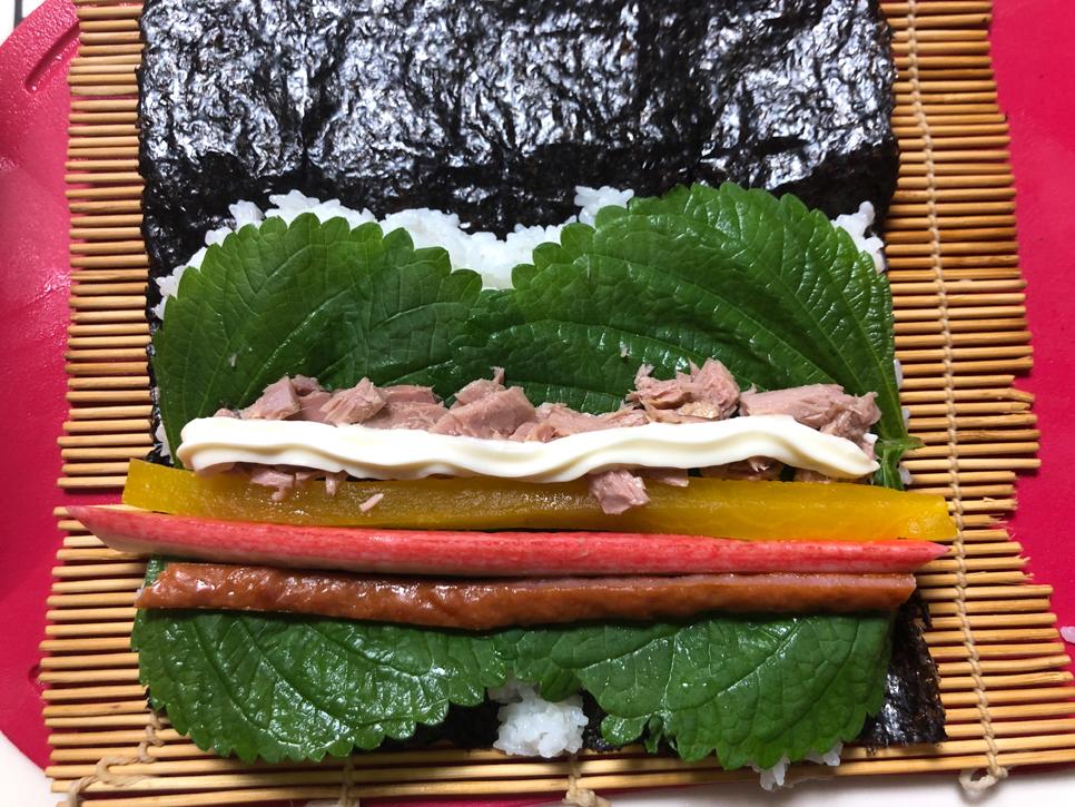 직접 키운 깻잎으로 참치김밥싸기:김밥이 먹고 싶다는 아들과 아빠를 위해 텃밭에서 직접 키운 깻잎을 아들과 함께 수확해 참치김밥을 만들었어여^^  급하게 재료를 준비해 김